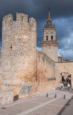Muralla medieval en El Burgo de Osma, Soria.
