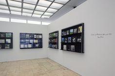 """Ausstellung """"Sinnfindung im Erbe von Mies van der Rohe - Werk Werner Blaser - Edition LÖFFLER"""" an der Universität der Künste Berlin; Bücheraufstellung Werner Blaser (Fotografie: Ulrich Schwarz)"""