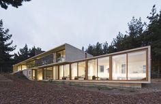 Construído na 2009 na Zapallar, Chile. Imagens do Sergio Pirrone. A casa se insere no lugar a partir da condição topográfica e panorâmica do terreno.  O desnível, de uma altura no sentido perpendicular às vistas e...