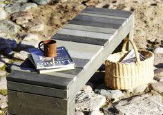 Eriväriset ja -levyiset laudat tekevät puupenkistä lystikkään. Katso Meidän Mökin ohjeet ja tee ulos tukeva puupenkki.