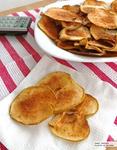 Recipe for the 2014 World Cup - Apple chips recipe, a sweet snack for the 2014 World Cup. With step-by-step photos, tips and tastin - Tapas, Vegetarian Recipes, Cooking Recipes, Healthy Recipes, Vegan Snacks, Healthy Snacks, Cinnamon Apple Chips, Cinnamon Recipe, Veggie Chips