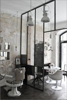 """Salon de coiffure """"Le discret"""" - verrière métallique - fauteuil barbier - fauteuil knoll - accumulation miroir laiton"""