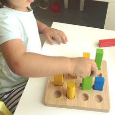 Herkese günaydın huzurlu dolu bir hafta olsun Plan Toys geometrik çubuk tahtası. Bu 16 geometrik şekil (4 farklı boyut, şekil ve renk), sağlam ahşap yüzey üzerine geçirilebilir, sıralanabilir ve sayılabilir. Ölçü: 17.5 x 17.5 x 8.3 cm Yaş: 2+ ▶️ www.mucitpanda.com