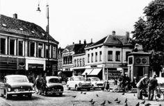 Op de bouwschutting ter hoogte van Lunatic op de Oude Markt in Enschede is een overzicht van historische foto's te bewonderen van de Oude Markt door de jaren heen. Zoals ook deze foto uit 1960.