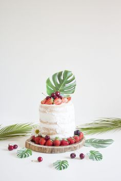 Tarta tropical de frutos rojos. Fresas y cerezas