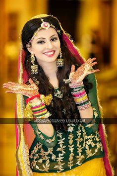 The Girl is very happy.for what reason. The hands are talking. Bridal Mehndi Dresses, Hijab Wedding Dresses, Pakistani Wedding Outfits, Pakistani Bridal Wear, Pakistani Dresses, Indian Bridal, Bridal Poses, Bridal Photoshoot, Stylish Mehndi Designs