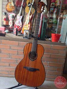 Os violões da série 77 apresentam uma combinação de madeira um tanto quanto incomum: top, fundo e laterais em mogno. O resultado é uma clareza em frequência médias e agudas. Acabamento e design primoroso aliado a eletrônica de ponta.