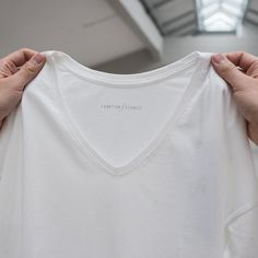 •Simplicity is key• Have you ever asked yourself why we do not put labels in the back of our t-shirts? -The answer is just that simple. We want to give you the best feeling and wearability possible ✔️ #funktionschnitt #tshirt #whitetee #wearthedifference