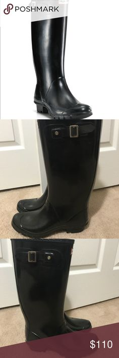 Hunter huntress tall welly boots Gloss black. Like knew and only worn maybe 3 times. The huntress is good for wider calves too. No scuffs or holes. I also have the black welly socks for sale too. Hunter Shoes Winter & Rain Boots