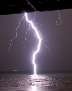 Amazing....: A Lightning Bolt Hits Water, So Close You Can See Its Streamers