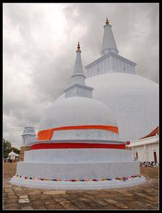 Ruwanveliseya Dagoba. Sri Lanka