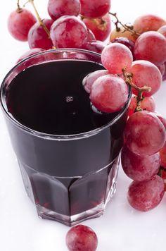 UVA + GENGIBRE + CANELA Benefícios: Tanto o gengibre quanto a canela aceleram o funcionamento do metabolismo. Eles são alimentos termogênicos, ou seja, que elevam a temperatura do corpo. As propriedades da uva roxa todos sabemos, anti-oxidantes, anti radicais livres e uma infinidade de benefícios a saúde. 155 calorias  Ingredientes 1 copo (200 ml) de suco de uva integral 2 colheres (chá) de gengibre 1 colher (café) de canela em pó