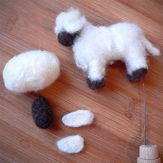 "Polstenje z iglo – ""suho polstenje"" ali ""filcanje"" Needle Felting Kits, Needle Felting Tutorials, Needle Felted Animals, Felt Animals, Sheep Crafts, Nativity Crafts, Cute Crafts, Crafts To Do, Beginner Felting"