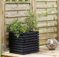 Bilderesultat for blomsterkasser i tre Small Courtyard Gardens, Terrace Garden, Outdoor Gardens, Modern Planting, Wood Fence Design, Patio Planters, Trough Planters, Pergola With Roof, Le Far West