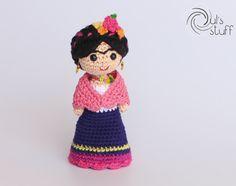 Bienvenido a Duls's Stuff Esta Frida Kahlo de crochet está hecho por encargo. El tiempo de elaboración es de 1 a 2 semanas, más el tiempo de envío. Material: -Estambre de algodón mercerizado -Estambre 70 Bambú 30 Algodón -Relleno de poliester -Ojos de seguridad de plástico Dimensiones: 13.5 cm de alto. ENVÍOS: El envío estándar es a través de correos de México, el tiempo de entrega es entre 2-4 semanas para llegar, dependiendo del país de destino, un número de seguimiento será…
