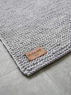Bricolage Badematte - mxliving, BADEMATTE STRICKEN Como usar roupas de camisetas, roupas e acessórios como Baumwolle, assim como o Feuchtigkeit gut aufnehmen kann. Beige Carpet, Diy Carpet, Patterned Carpet, Diy Crochet Round Rug, Crochet Diy, Knitting Blogs, Knitting Patterns, Crochet Patterns, Tee Shirt Fila
