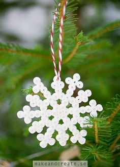 Pärlade julhängenPärlade julhängen är ett perfekt julpyssel att göra tillsammans med barnen. Du behöver:Plastpärlor, pärlplattor, bakplåtspapper, strykjärn och...