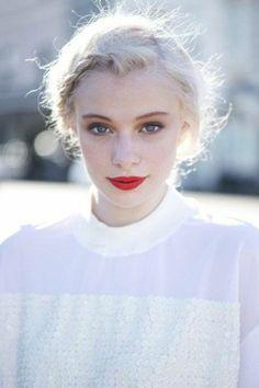 une frange en tresse, un look élégant et féminine, cheveux couleur blond froid