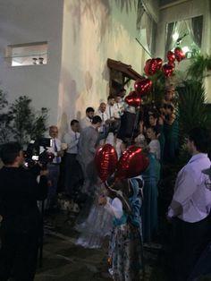 Os balões foram soltos quando os noivos finalizaram a subida