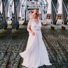 Ein neckisches kurzärmliges Chiffon-Kleid mit Spitzenabschluss. Der V-Ausschnitt und ein Rücken mit symmetrischer Spitze heben die sinnliche Weiblichkeit hervor. Eine zusätzliche Schicht in der Taille und auf dem Rücken Überdecken das eine oder andere kleine Pölsterchen! Wedding Dresses, Fashion, Chiffon Gown, Gown Wedding, Evening Dresses, Bridle Dress, Lace, Gowns, Bride Dresses