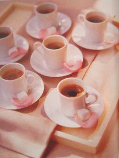 E a delicadeza do café com pétala de rosa?