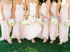Amazing bouquets with blush dresses, perfect for a summer day.