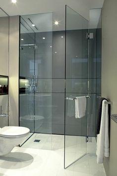 salle de bains grise, revêtement mural impressionnant