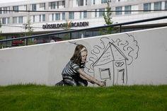 Am Bahnhof Düsseldorf-Bilk kniet dieses kleine Mädchen und zeichnet engagiert und liebevoll ein Traumhaus (?) ins Grüne. Dabei handelt es sich nicht um die zeitgemäße Werbung eines Baufinanzierers, sondern um Kunst am Beton. Was sein muss. Als Metapher.   #Aktion #ArtFakt e.V. #Bauwagen der Demokratie #Düsseldorf-Bilk #Joseph Beuys #Kunst