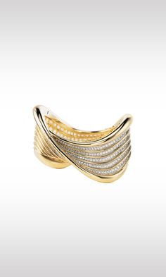 Onda Marina, 1988: bubbling with light and harmonious in movement, this bracelet is a precious wave that unfolds in elegant spirals. Illuminated by 644 brilliant and baguette diamonds totaling 46.21 carats, Onda Marina achieves a spectacular material effect.