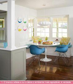 sala de almoço com bancos e cadeira eames