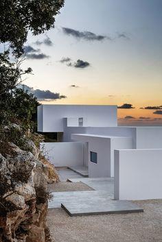 Silver House от брюссельских архитекторов Dwek Architects — идеальное решение для тех, кто устал от душных мегаполисов и хочет отдохнуть от людей. Этот минималистичный домик расположен в Греции. Из его окон открывается шикарный вид на Ионическое море.