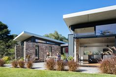 Granny flat design: A chic new build in outer Sydney - The Interiors Addict Studios Architecture, Modern Architecture, Architecture Details, Steel Cladding, Recycled Brick, Passive Design, Compact House, Granny Flat, Facade House