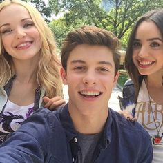 "Disney Playlist posted this pic of Disney starlets Sofia Carson and Dove Cameron from Disney's ""Descendants"" with singer Shawn Mendes yesterday (June Cameron Boyce, Shawn Mendes News, Disney Playlist, Sophia Carson, Thomas Doherty, Disney Channel Stars, Disney Stars, Chon Mendes, Mendes Army"