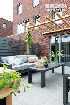 Een loungebank in de tuin is perfect voor een heerlijke zomeravond Diy Pergola, Outdoor Pergola, Wedding Pergola, White Pergola, Pergola Canopy, Back Gardens, Outdoor Gardens, Pergola Attached To House, Exterior
