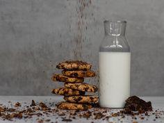 Μπισκότα βρώμης με σοκολάτα και μπανάνα Biscuits, Breakfast Snacks, Glass Of Milk, Food Photography, Healthy Eating, Cookies, Ice Cream, Sweets, Baking
