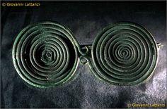 cultura picena, fibula a occhiali in bronzo, da San Costanzo, tomba 2, Museo Archeologico Nazionale di Ancona