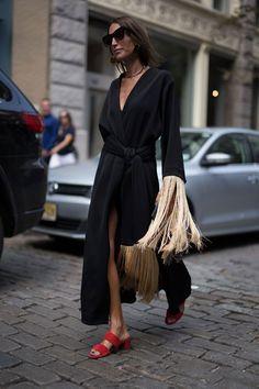 Street style. Wrap dress preto e sandália mule vermelha.