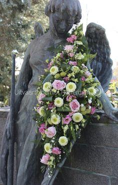 Klassiek • bloemstuk • rouwwerk • langwerpig • rouwbloemen • bloemrijk • Gerbera • Lisianthus • Roos •