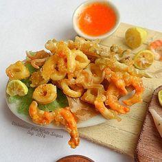 Miniature food scale 1:12 Fried squid e fish ! #fish#friedsquid#fried#handmade #fimo #ff #fimofood #miniature #miniaturefood #miniaturedollhouse #dollhouse #polymerclay #limone#pescefritto#calamari#calamarifritti#