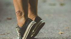 25 meaningful tattoos for introverts Subtle Tattoos, Great Tattoos, White Tattoos, Camera Film Tattoo, Kamera Tattoos, Piercings, Arrow Tattoos, Tatoos, Men Tattoos