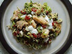 Und noch'n Salat. Ein Blick in meinen Vorratsschrank ergab, das da noch Couscous herumstand.  Da Bulgur dem Couscous ähnlich im Aussehen, Geschmack und auch in der Anwendung ist, stand dem Testen des Couscous-Salates mit geräucherter Forelle nichts mehr entgegen. Ich  habe das englische Originalrezept ein wenig abgewandelt. Leider musste ich wegen der Schneckenplage wieder einmal  au ...