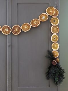 Så gör du en girlang av torkad apelsin Christmas Feeling, Noel Christmas, Christmas 2019, Winter Christmas, Christmas Crafts, Handmade Christmas Decorations, Xmas Decorations, Natural Christmas, Simple Christmas