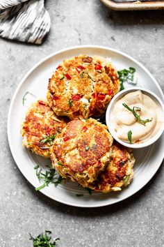 20 Minuten · Ergibt 6 crab cakes · This lump crab cake recipe is easy to make, uses barely any filler, is PACKED with lump crab meat, and SO delicious! We kept to tradition with a little bit of old bay seasoning, but also added in… Seafood Dishes, Seafood Recipes, Cooking Recipes, Healthy Recipes, Cooking Crab, Crab Dishes, Cooking 101, Chicken Recipes, Chilis