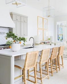 Kitchen inspirations, decoration inspiration for kitchens, kitchen layout, farmhouse kitchen decorations, living area Classic Kitchen, New Kitchen, Kitchen Dining, Kitchen Decor, Kitchen Cabinets, Kitchen Ideas, Kitchen Inspiration, Kitchen Designs, Kitchen Counters