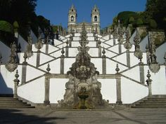 Braga - Portugal -O Santuário do Bom Jesus do Monte localiza-se na freguesia de Tenões, na cidade, concelho e distrito de Braga, em Portugal. Fica situado nas proximidades do Santuário de Nossa Senhora do Sameiro.