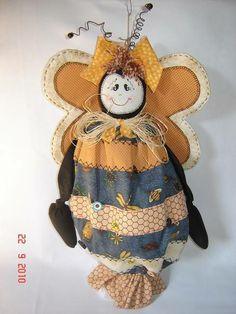 Puxa saco abelha, confeccionada em tecido 100%algodão, com aplicações bordadas à mão. R$ 58,00