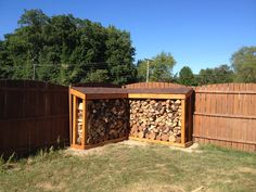Time that you may need to build a backyard shed as you accumulate things, you soon have filled out house with outdated and useless objects and even your garage. Outdoor Firewood Rack, Firewood Shed, Firewood Storage, Wooden Projects, Outdoor Projects, Woodworking Inspiration, Outdoor Living, Outdoor Decor, Wood Cutting