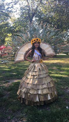 Traje Típico ganador a Nivel Nacional Miss Teen US Latina Modelo Yajaira Vera Miss Teen Illinois Latina 2017 Miss Teen US Latina First Runner Up 2018 Philippines Outfit, Filipino Fashion, Recycled Dress, Mexican Art, Paper Flowers, Amanda, Captain Hat, Carnival, Recycling