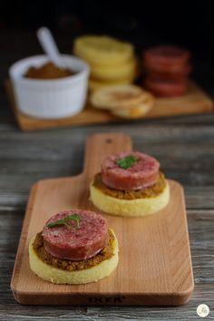 Medaglioni di polenta con cotechino e paté di lenticchie