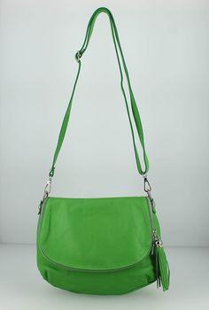 Sac besace cuir Katana à porter en bandoulière (réglable). Ce sac se ferme avec une fermeture zippée et possède une poche zippée et un emplacement téléphone. On peut y ranger des affaires dans le rabat du sac et une poche zippée au dos du sac.